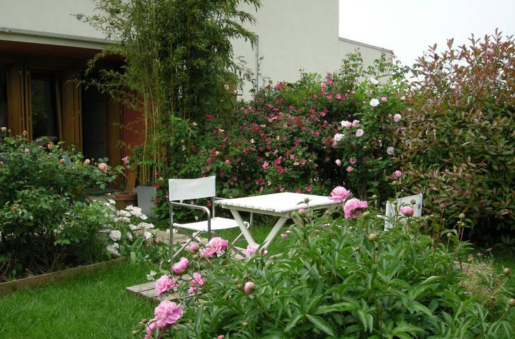 EDIFICIO RESIDENZIALE ELLERO: Giardino in stile  di STUDIO DI ARCHITETTURA RAFFIN