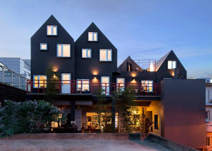 연남동 검은집: Design Guild의  주택