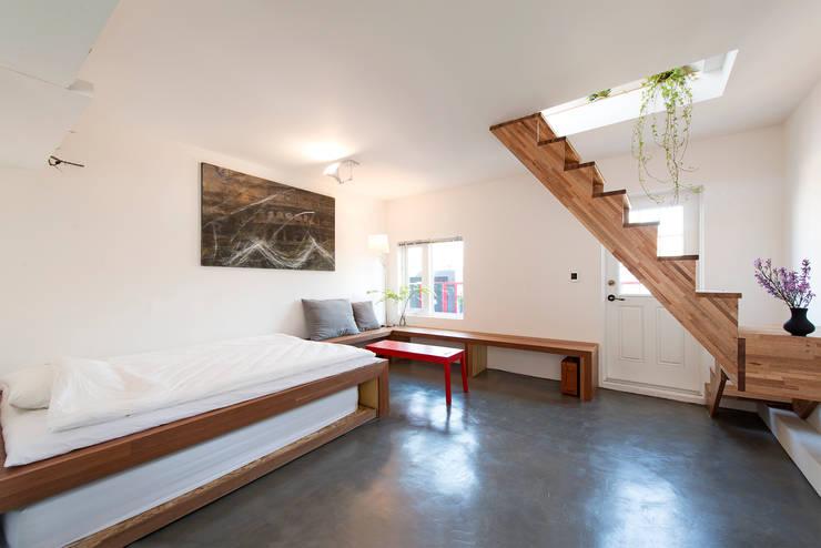 연남동 검은집: Design Guild의  침실