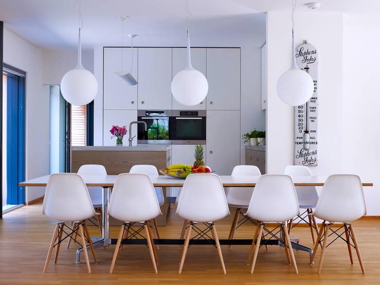 Kitchen / Dining: modern Kitchen by Baufritz (UK) Ltd.