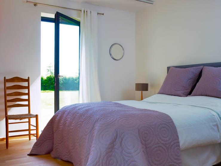 Bedroom: modern Bedroom by Baufritz (UK) Ltd.