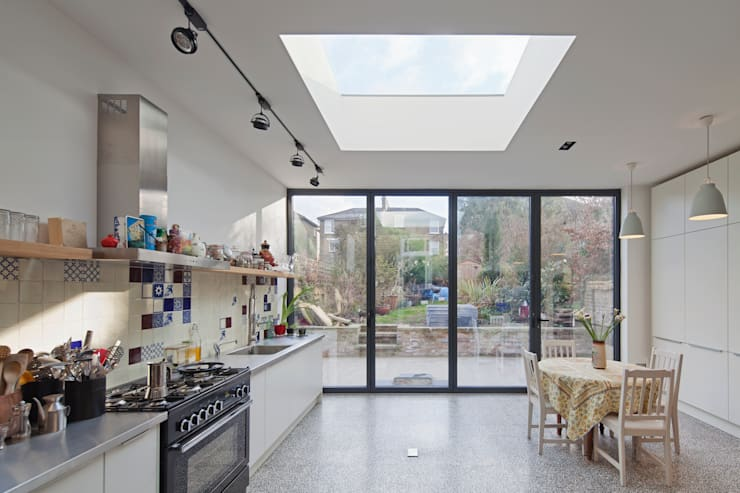 vista do interior da cozinha: Cozinhas modernas por FORA - Fagulha Oliveira Ruivo