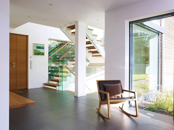 Projekty,  Korytarz, przedpokój zaprojektowane przez Baufritz (UK) Ltd.