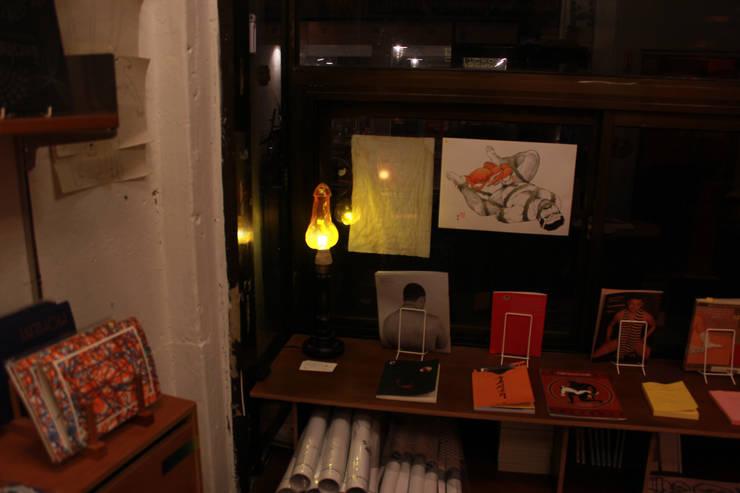 햇빛서점에 전시되고 있는 클리포드의 불꽃: 글로리홀 GLORYHOLE LIGHT SALES의  서재/사무실