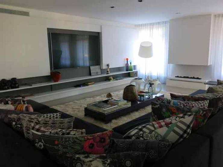 apartamento Morumbi: Salas de estar  por silvia bahia monteiro arquitetura & interiores,