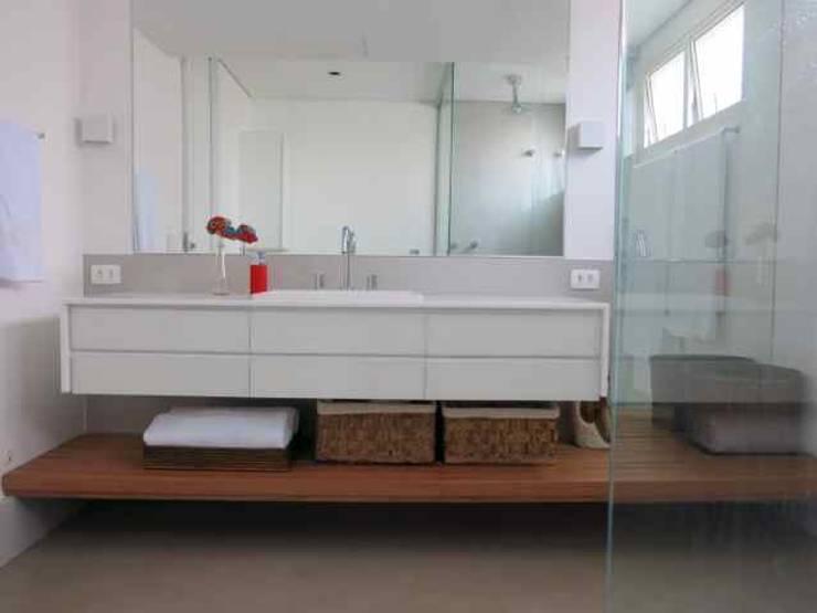apartamento: Banheiros  por silvia bahia monteiro arquitetura & interiores,