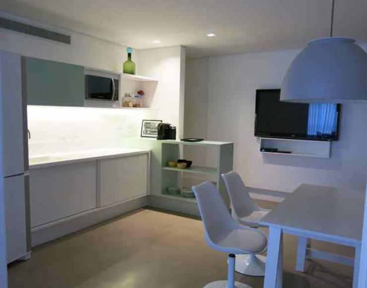 apartamento Morumbi: Cozinhas  por silvia bahia monteiro arquitetura & interiores,