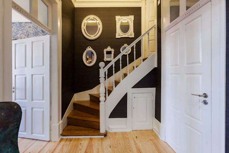 Прихожая, коридор и лестницы в . Автор – Glória Roma - Decoração de Interiores