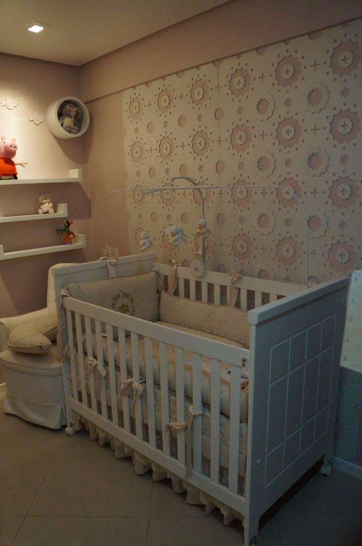 quarto de bebê com revestimento Flor de Algodão e árvore lúdica: Quarto infantil  por Complementto D,