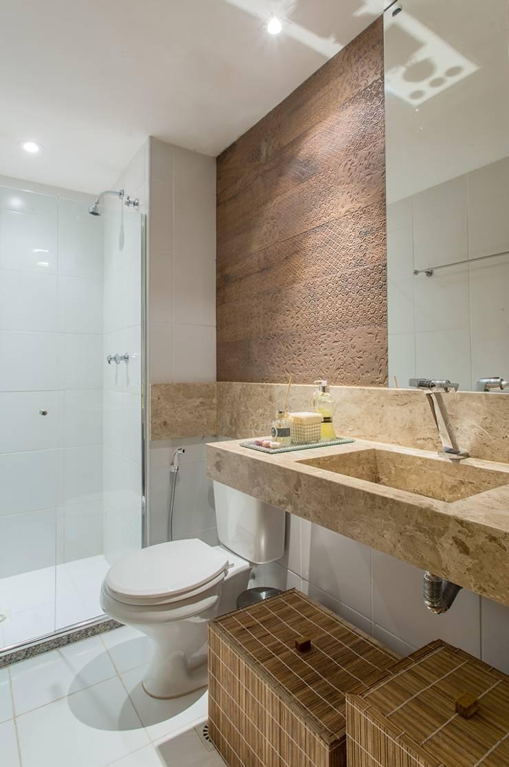 Apartamento VA: Banheiros clássicos por Bastos & Duarte