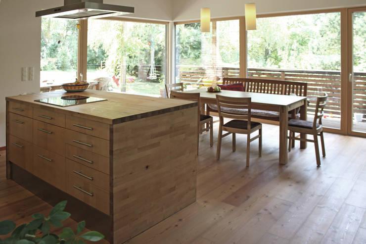 Einfamilienhaus am Hang:  Küche von Architekt Stefan Toifl