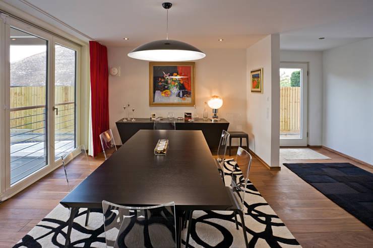Dining room: modern Dining room by Baufritz (UK) Ltd.
