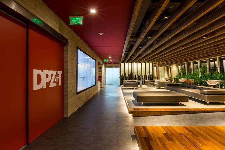 Espaces commerciaux modernes par Athié Wohnrath Associados Moderne