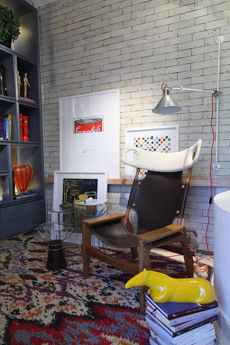 SALA DE LEITURA DO ARQUITETO - CASA COR GOIAS 2014 : Sala de estar  por TOLENTINO ARQUITETURA E INTERIORES,