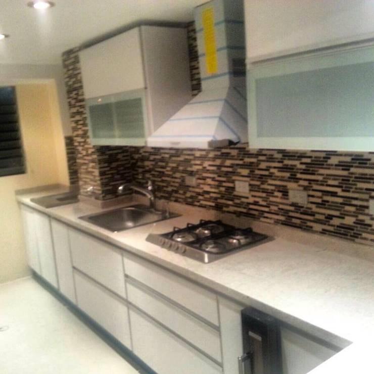 Cocina Modular color Blanco con cantonera de aluminio, tope de granito blanco itauna: Cocina de estilo  por TUMUEBLEFACIL