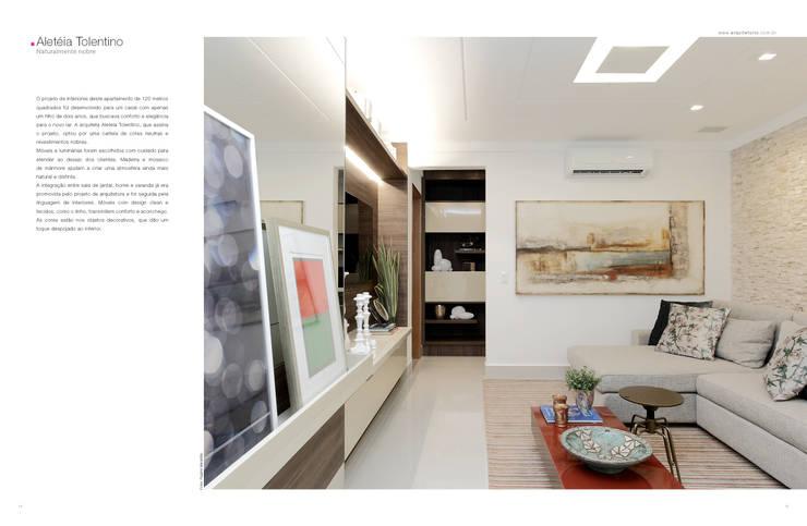 NATURALMENTE NOBRE: Salas de estar  por TOLENTINO ARQUITETURA E INTERIORES