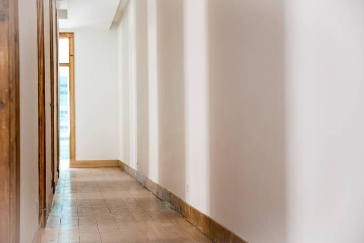 Uma casa de início de século: Corredores e halls de entrada  por Architect Your Home