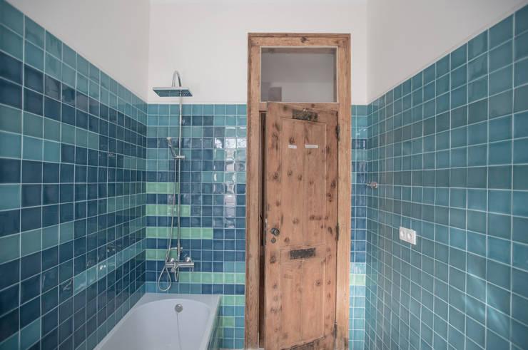 Uma casa de início de século: Casas de banho  por Architect Your Home
