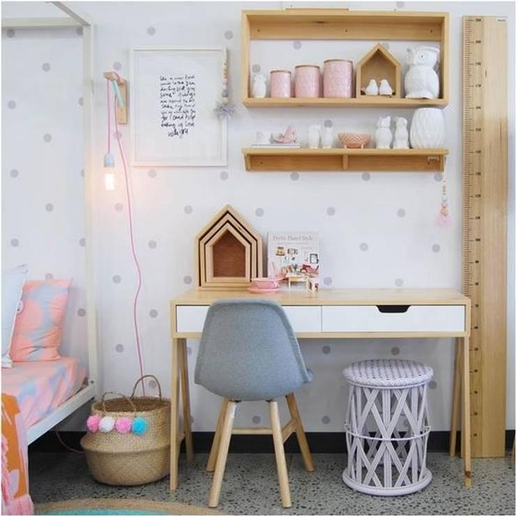 casinhas, cesto com pompons, stickers: Quarto de crianças  por This Little Room