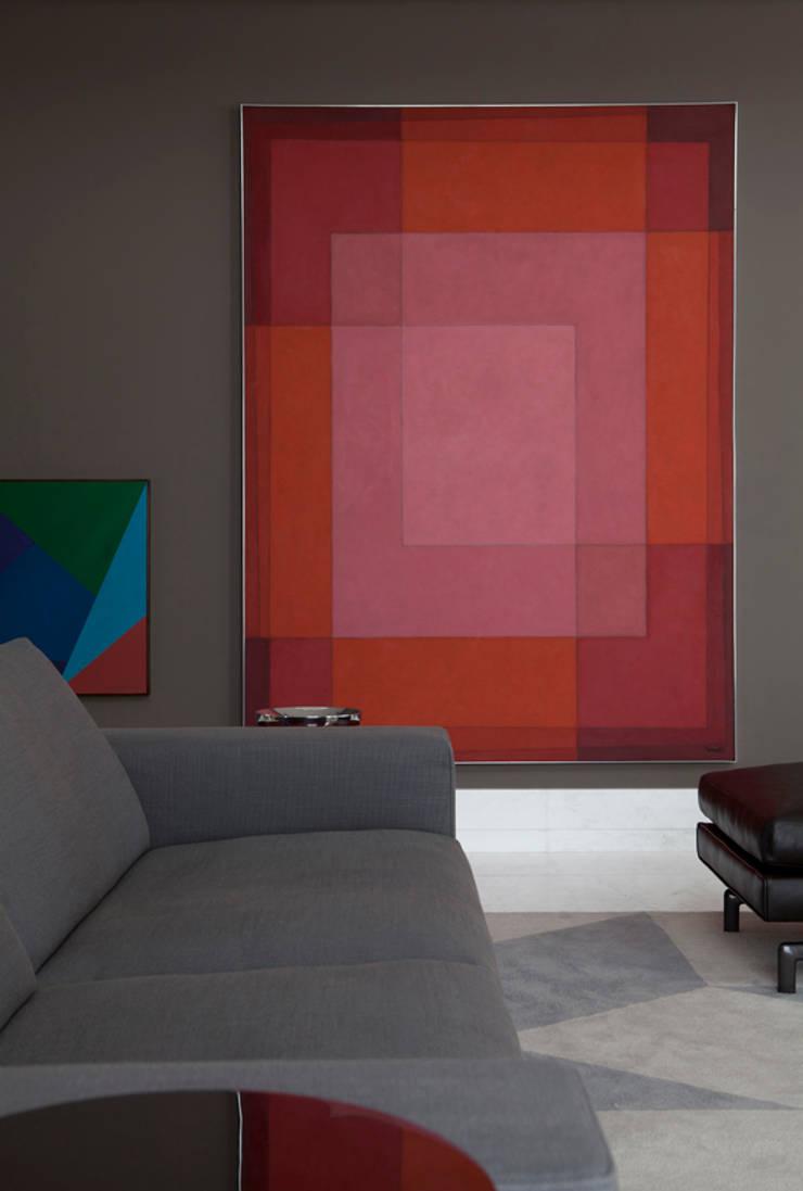 Apartamento Ibirapuera: Salas de estar  por Antônio Ferreira Junior e Mário Celso Bernardes