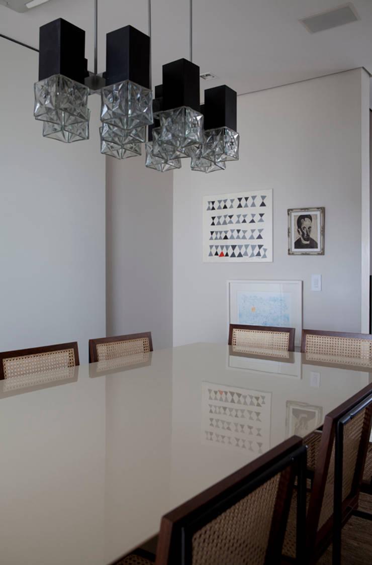 Apartamento Ibirapuera: Salas de jantar  por Antônio Ferreira Junior e Mário Celso Bernardes