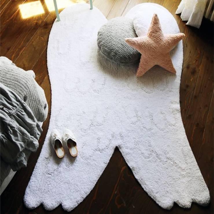 Tapete asas de anjo: Quarto de crianças  por This Little Room
