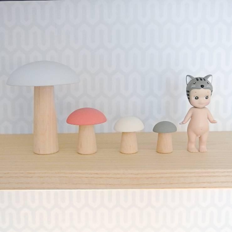 Cogumelos decorativos: Quarto de crianças  por This Little Room