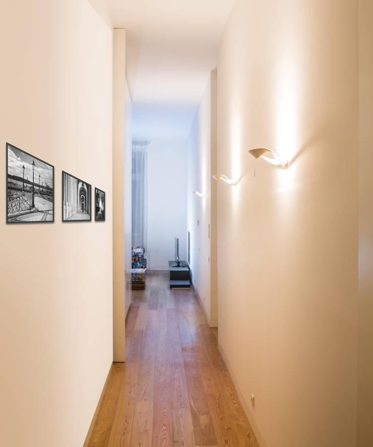 Um apartamento moderno – retro: Corredores e halls de entrada  por Architect Your Home