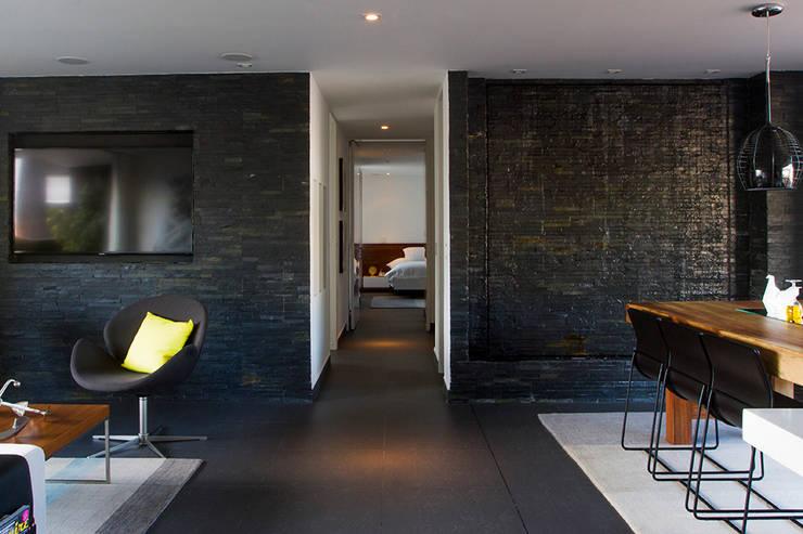 Casa Restrepo: Salas de estilo  por Maria Mentira Studio, Moderno Piedra