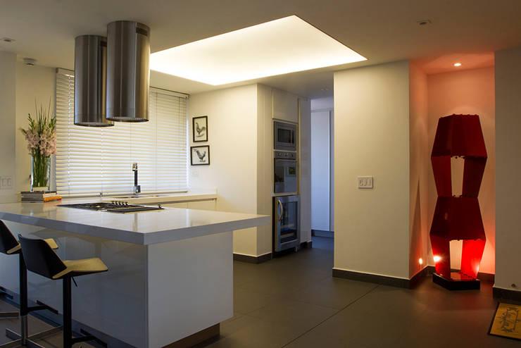 Casa Restrepo: Cocinas de estilo  por Maria Mentira Studio