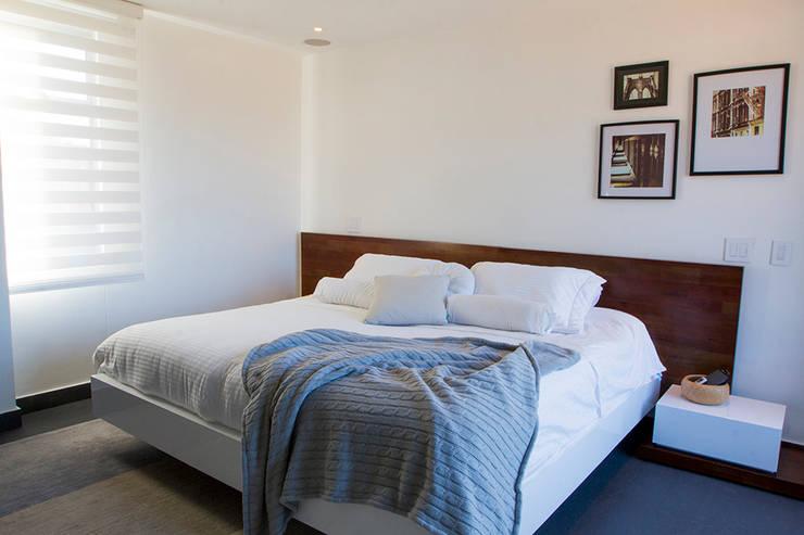 Casa Restrepo: Habitaciones de estilo  por Maria Mentira Studio, Moderno Piedra