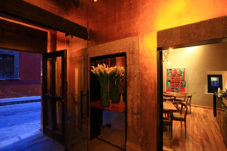 Hotel Dos Casas en San Miguel de Allende: Pasillos y recibidores de estilo  por Germán Velasco Arquitectos