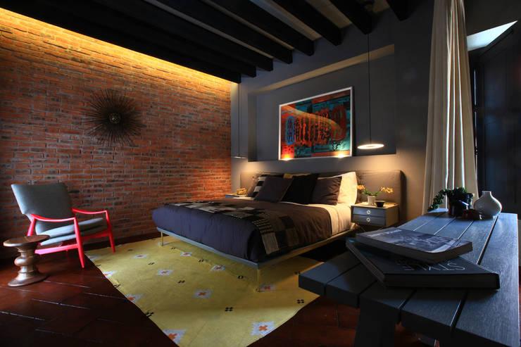 Hotel Dos Casas en San Miguel de Allende: Recámaras de estilo  por Germán Velasco Arquitectos