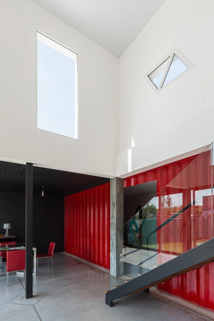 Casa Container: Livings de estilo  por estudioscharq