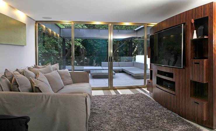 Casa Begalg : Salas multimedia de estilo  por DIN Interiorismo