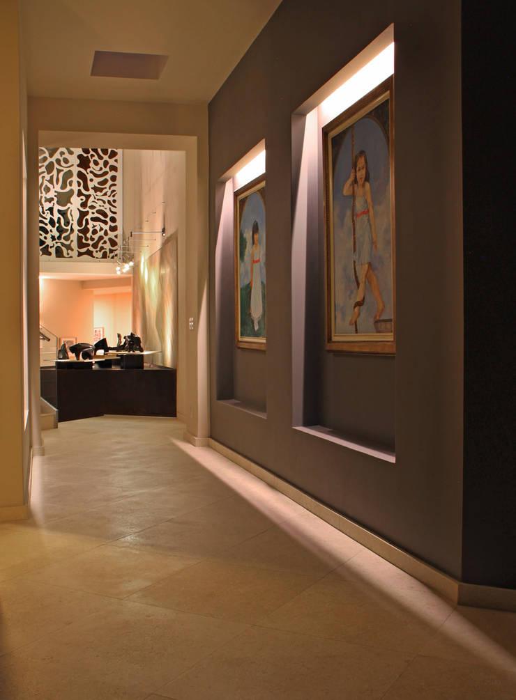 Casa Uliva: Pasillos y recibidores de estilo  por DIN Interiorismo