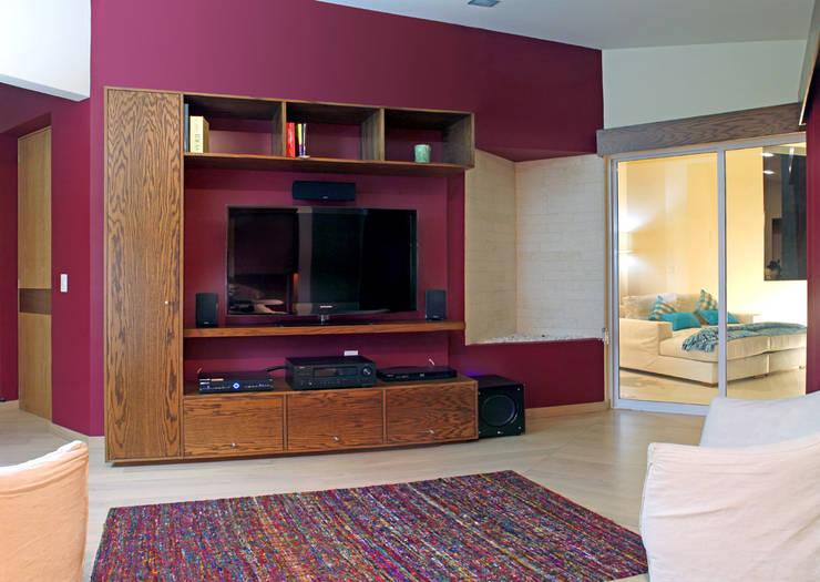 Casa Uliva: Salas multimedia de estilo  por DIN Interiorismo