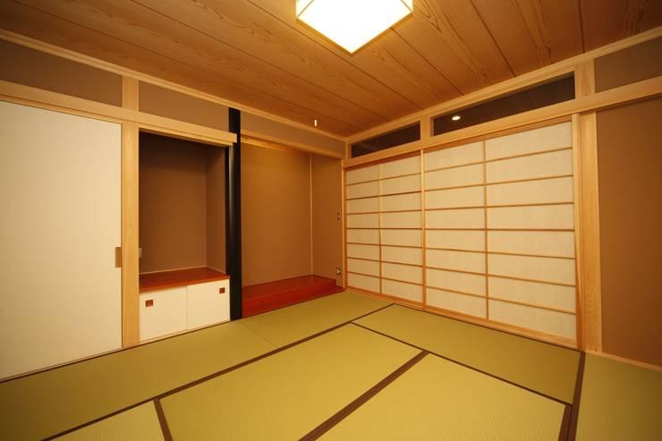 西新の家: AMI ENVIRONMENT DESIGN/アミ環境デザインが手掛けたリビングです。,和風