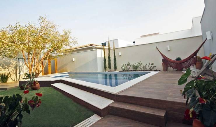 Residência Lunas: Piscinas  por Marcus Leão Arquitetura,Moderno Cerâmica
