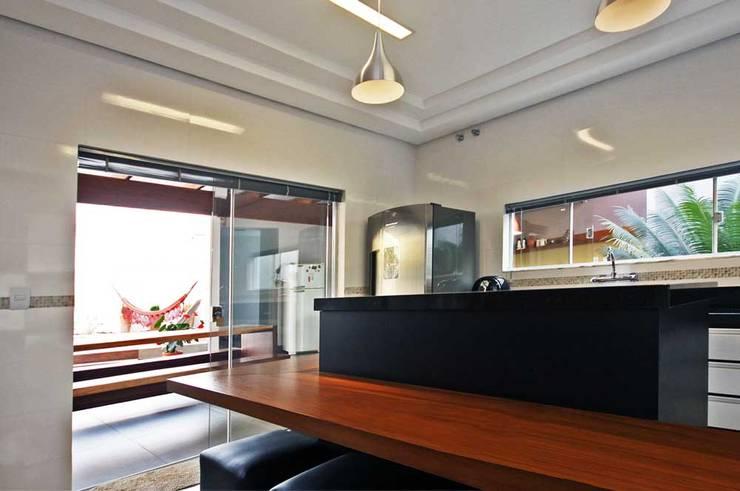 Residência Lunas: Cozinhas  por Marcus Leão Arquitetura,Moderno Madeira maciça Multi colorido