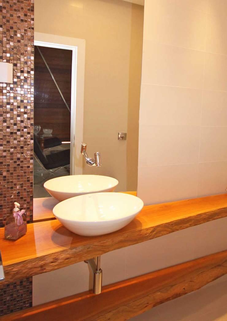 Residência Lunas: Banheiros  por Marcus Leão Arquitetura,Moderno Madeira Efeito de madeira