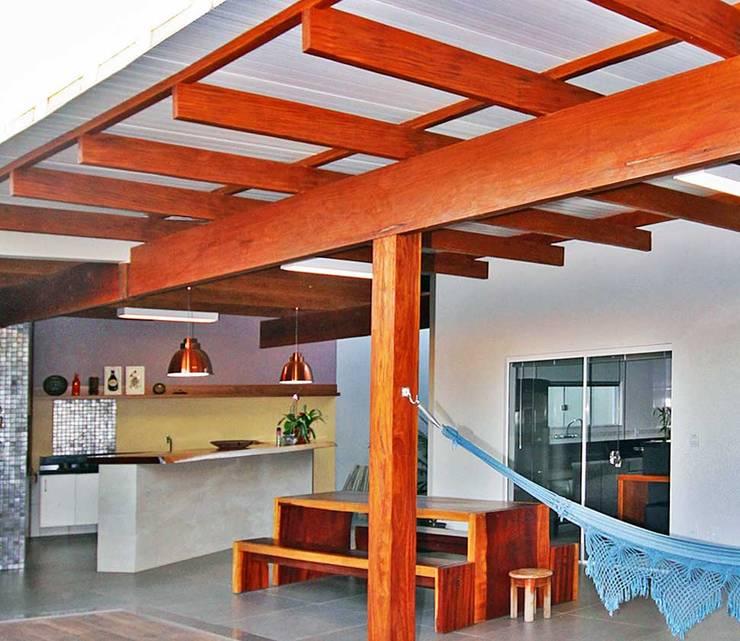 Residência Lunas: Terraços  por Marcus Leão Arquitetura,Moderno Madeira Efeito de madeira