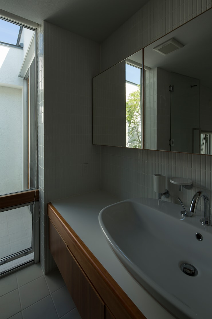 Modern bathroom by TRANSTYLE architects Modern