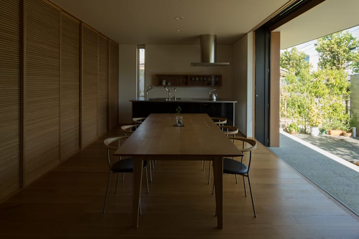 Modern dining room by TRANSTYLE architects Modern