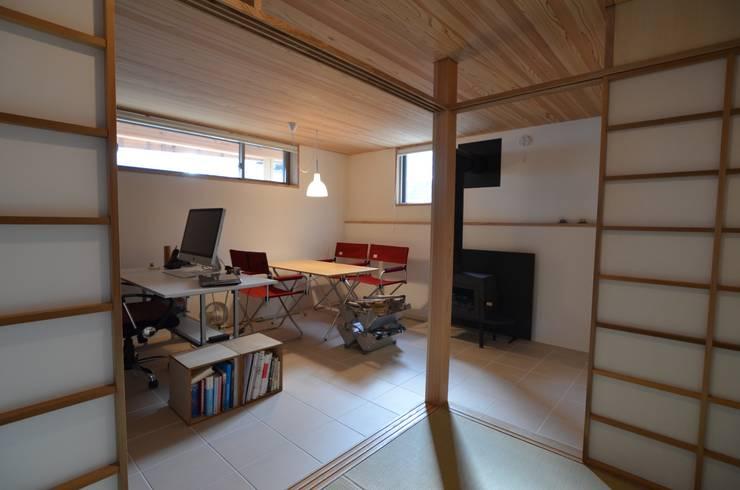 Estudios y biblioteca de estilo  por 清建築設計室/SEI ARCHITECT