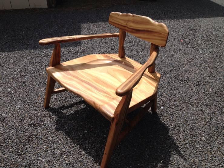 1人掛け、私だけの椅子: 木工房&ぎゃらりー ふじやんが手掛けたリビングルームです。