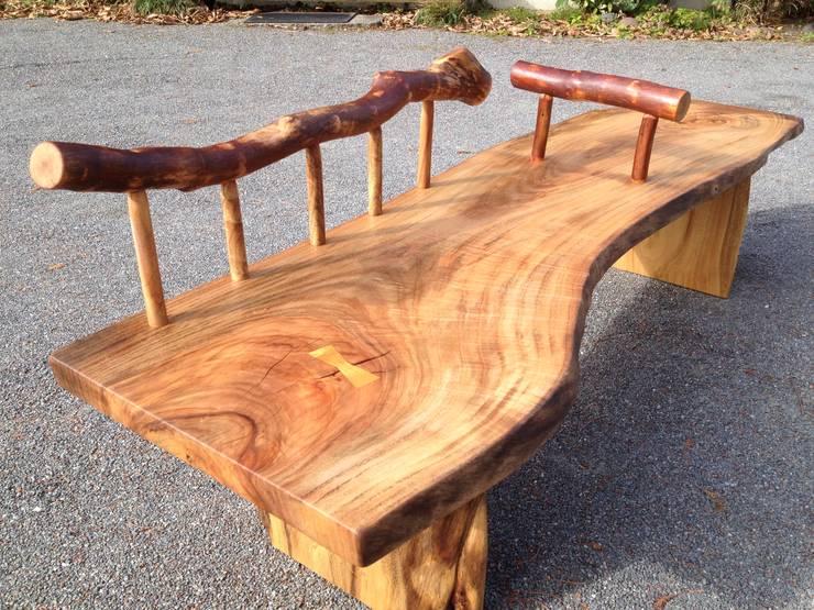 一枚板のベンチ: 木工房&ぎゃらりー ふじやんが手掛けたリビングルームです。