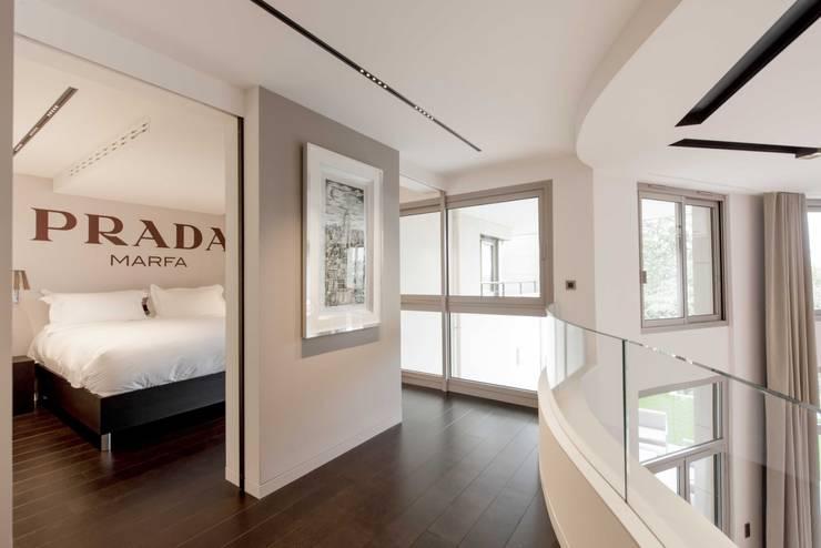 Couloir avec chambre: Chambre de style de style Moderne par réHome