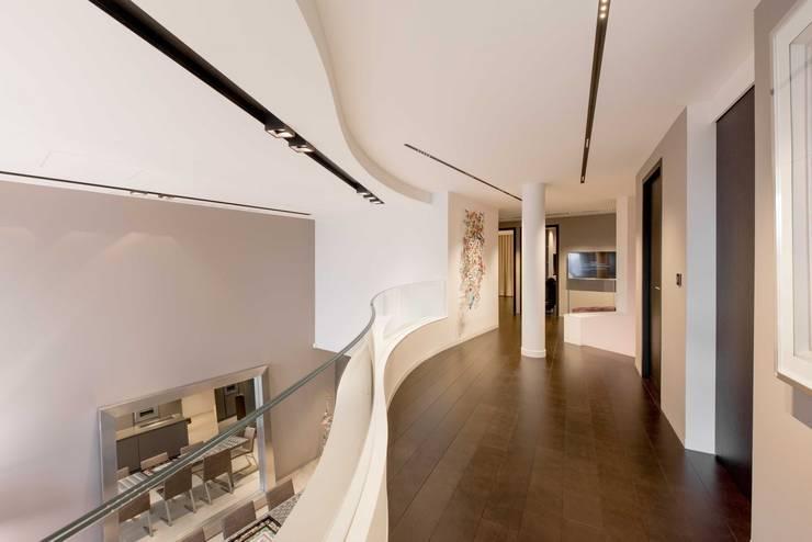 Couloir design: Couloir et hall d'entrée de style  par réHome