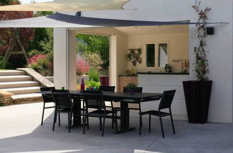 Jardin aux multiples ambiances: Jardin de style  par CONCEPTUELLES PAYSAGE ET DECORATION